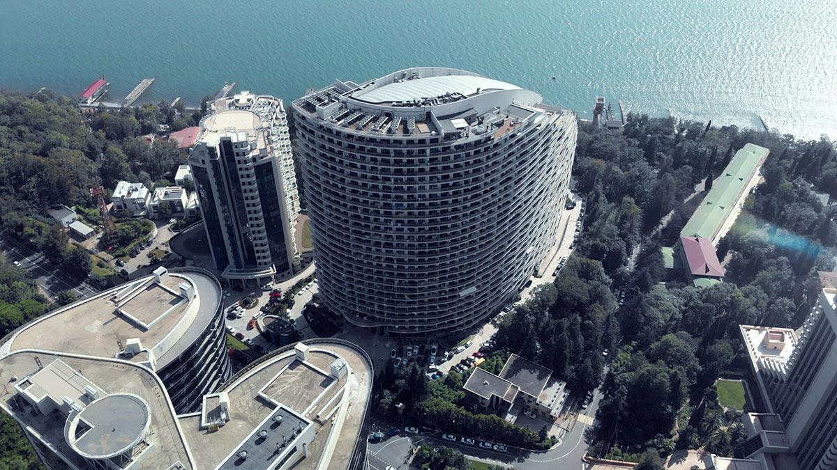 Вид с воздуха на дом, в котором Полякова владеет квартирой.