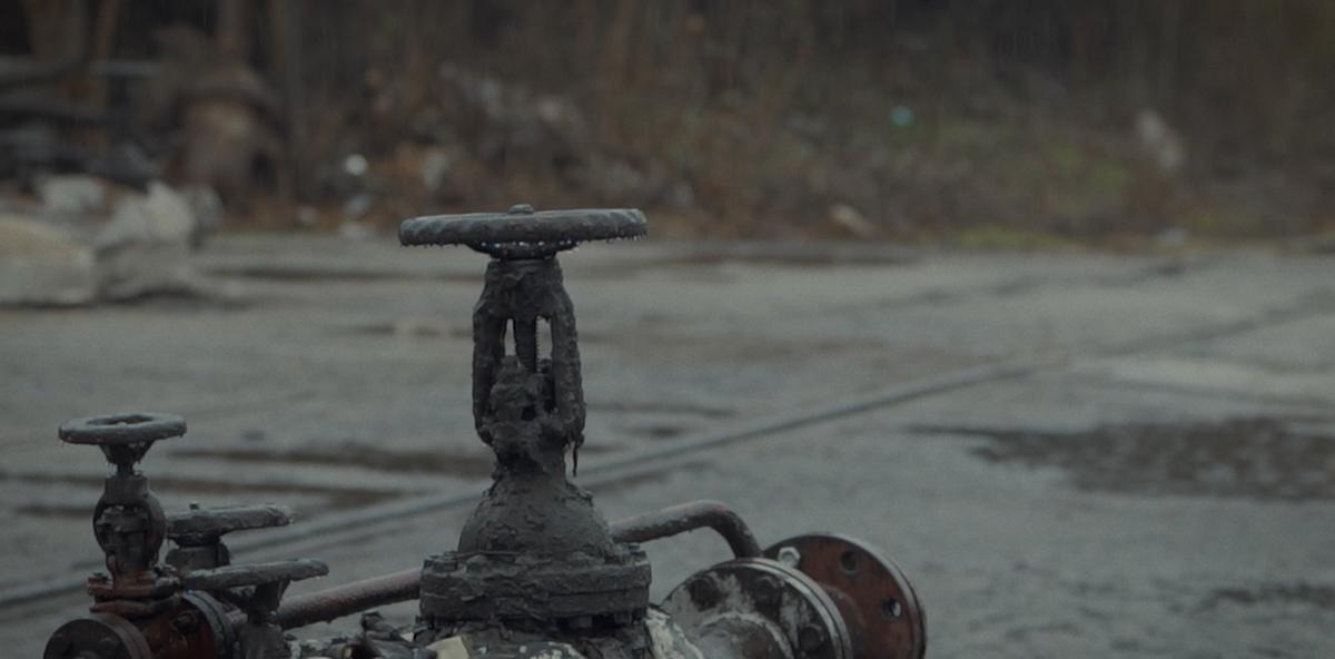 Eine Gruppe verwitterter Ölleitungen.