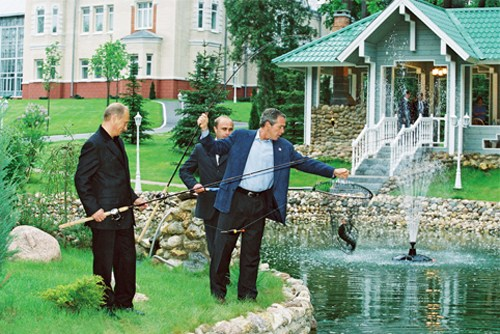 President Vladimir Putin fishes with US President George W. Bush on his Novo-Ogaryevo estate (Photo: Presidential Press and Information Office CC BY 3.0)