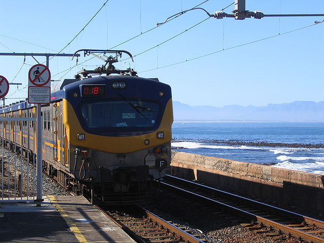 A South African train pulls out of a Cape Town station (CC BY SA 2.5)