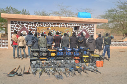 Arrested smugglers and their equipment (From: Ministry of Defense)