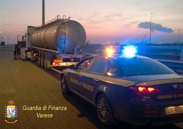 The Guardia di Finanza inspect an oil tanker