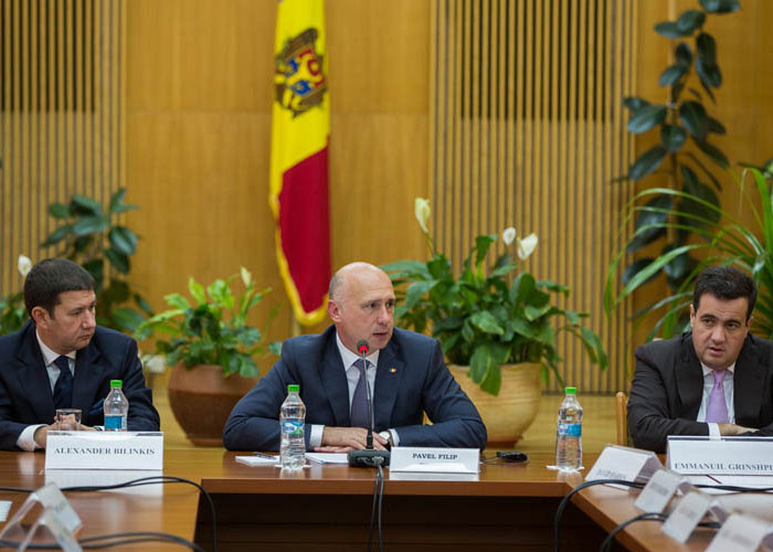 In July 2016, Emmanuil Grinshpun sat next to Pavel Filip, the prime-minister of Moldova, during a government meeting with the American Jewish Committee