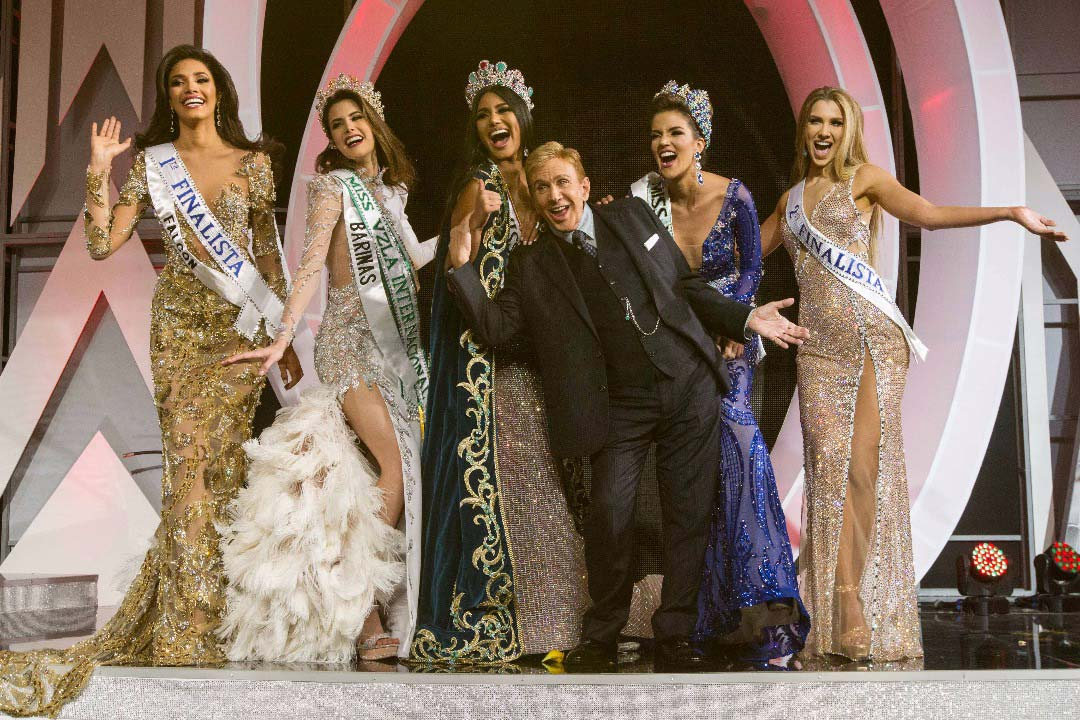 Osmel Sousa and contestants in the 2017 Miss Venezuela pageant. (Photo: EFE news agency)