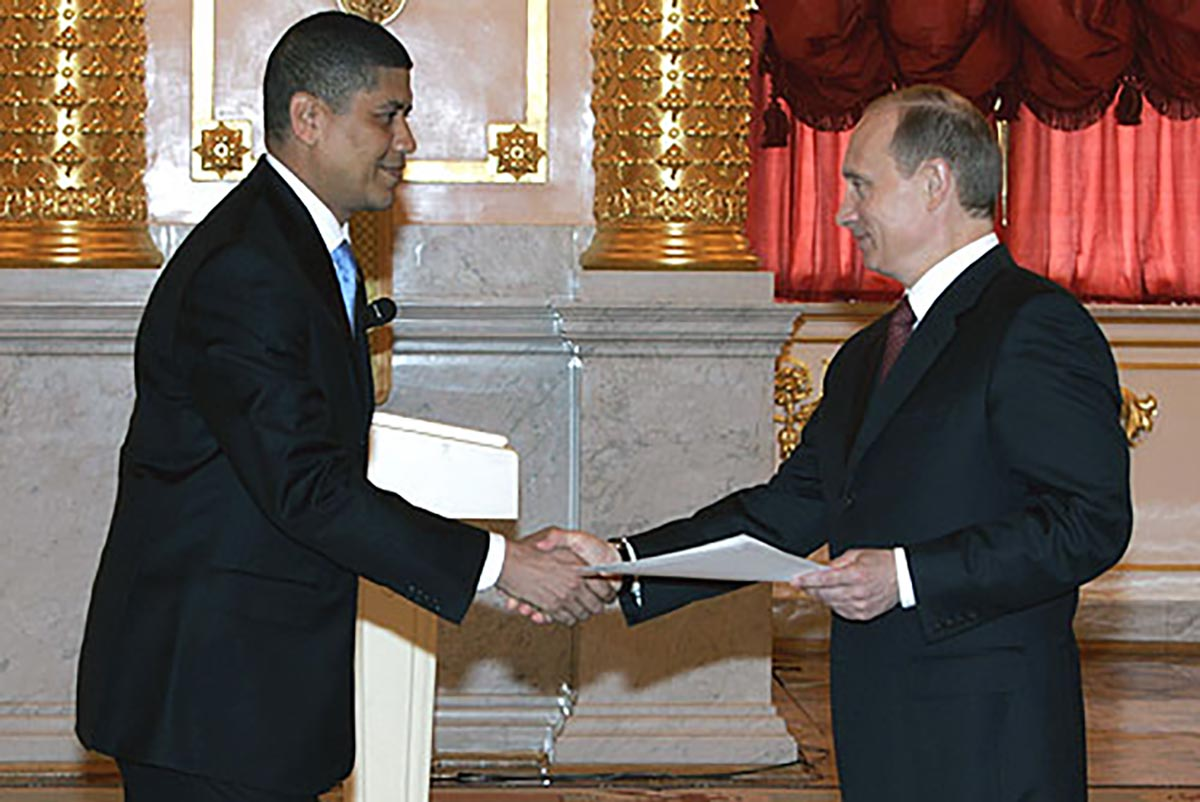 Fausto Abeso shaking hands with Vladimir Putin.