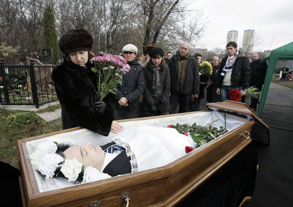 Natalia Magnitskaya, mother of Sergei Magnitsky, grieves over her son's body during his funeral at a cemetery in Moscow on Nov. 20, 2009. (Photo: REUTERS/Mikhail Voskresensky)