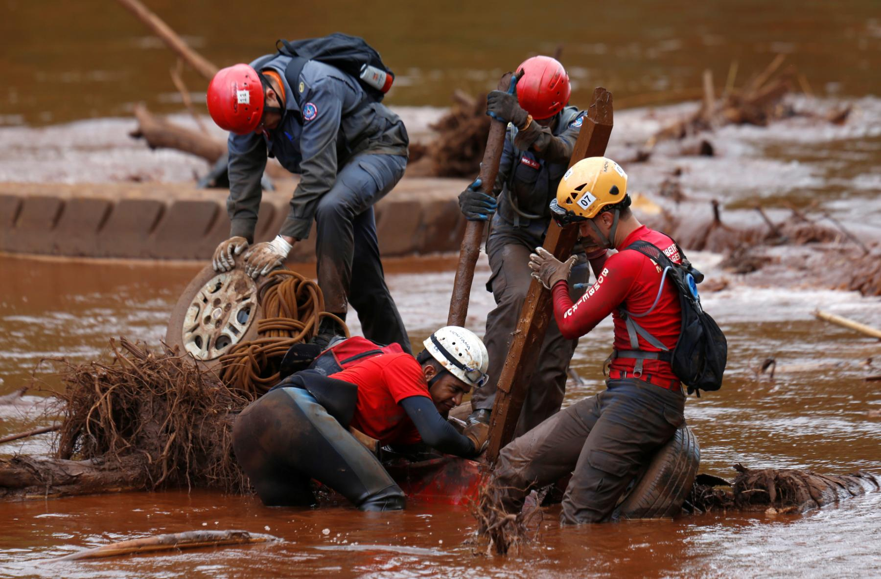 A rescue team searches for victims killed by the collapse of the Brumadinho dam on February 5, 2019.  (Photo: Reuters/Adriano Machado)