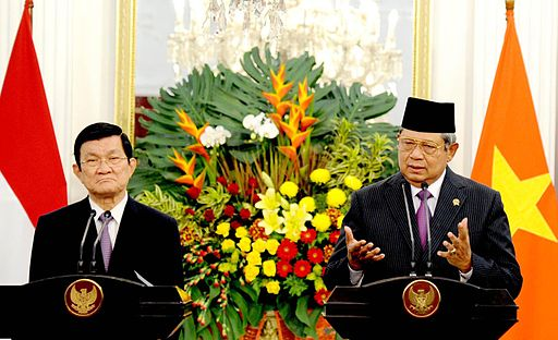 Vietnamese President Trương Tấn Sang (left) and Indonesian President Susilo Bambang Yudhoyono (right)